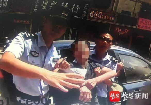 泰州姜堰男子中暑路边抽搐,民警火速出警救助